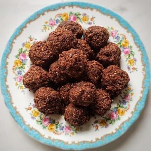 Raw Chocolate & Goji Berry Energy Balls - NicolaMonson.com